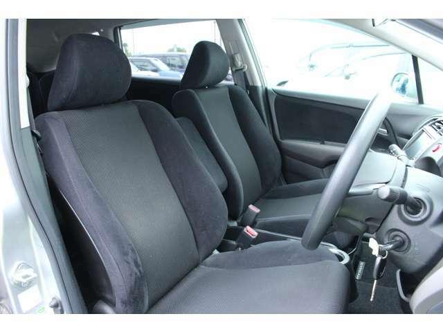 体をしっかり包み込むフロントシート。長時間の運転もラクラクです!