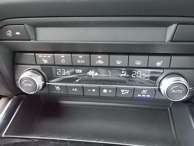 オートエアコン、シートベンチレーション、シートヒーター、ステアリングヒーター装備で季節を問わず車内は快適