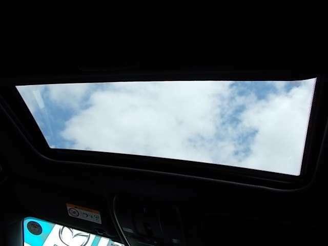 ドライブ中の気分転換にも、サンルーフ付きです