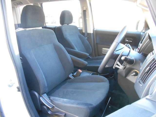 運転席には座面の上下調節が可能なシートリフター装備