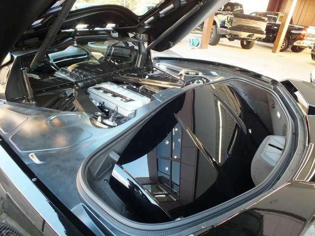 外したルーフパネルはトランクに収納可能。ルーフパネルを持ち運びできる収納カバンもございます。