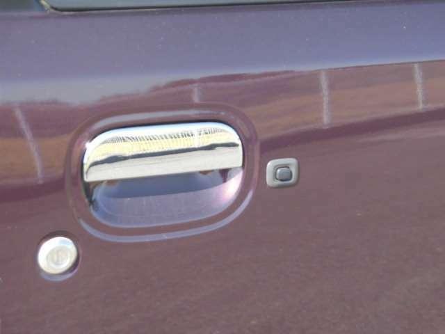 スマートキーを持って、ドアの黒いところを押すと、施錠や開錠ができます!便利ですね。
