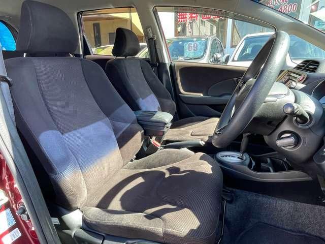 【フロントシート】頭上にゆとりがあり、快適にお乗り頂けます
