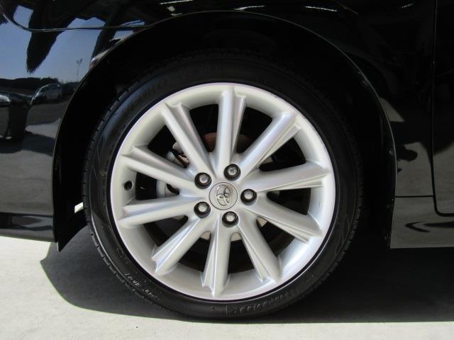 純正アルミホイール装着車です。デザイン性に優れるだけでなく、走行安定性を向上させてくれるアイテムです。