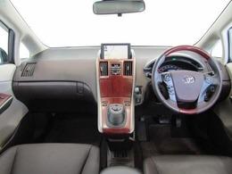 ドライバーが感覚的に操作・確認できるよう気配りされた運転席廻りです。インパネ中央にはナビ画面を配置し、運転中に視点の移動が少なく、とても見やすいので安全運転のお役に立ちますよ!