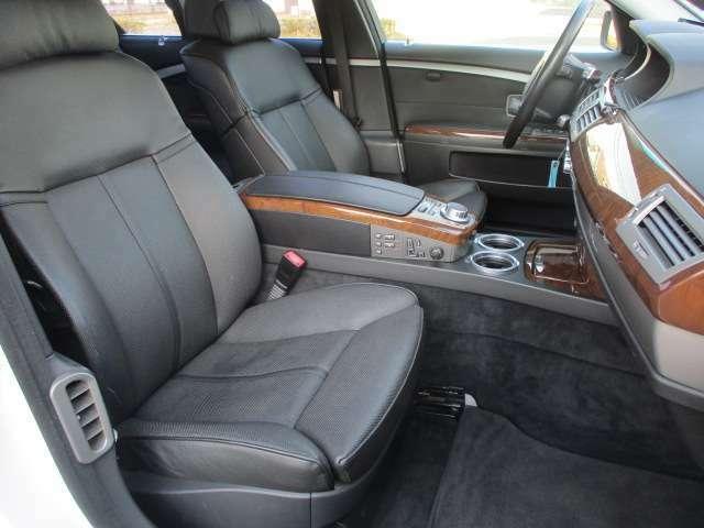 助手席も電動シートとなっております♪運転席・助手席共にレザーシートには目立つ擦れやキズ等もなくキレイな状態です♪中央コンソール部分に電動シートやシートクーラー&ヒーターのスイッチがございます♪