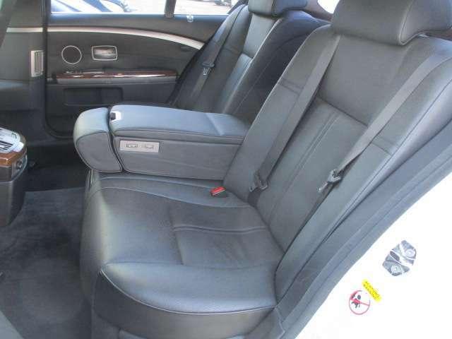 後席の本革シートにも目立つキズや擦れ等もなくキレイな状態です♪シートは座面も大きく座り心地も良好です♪後席にもシートヒーターが装備されております♪リア3面のガラス部には電動シェードもございます♪
