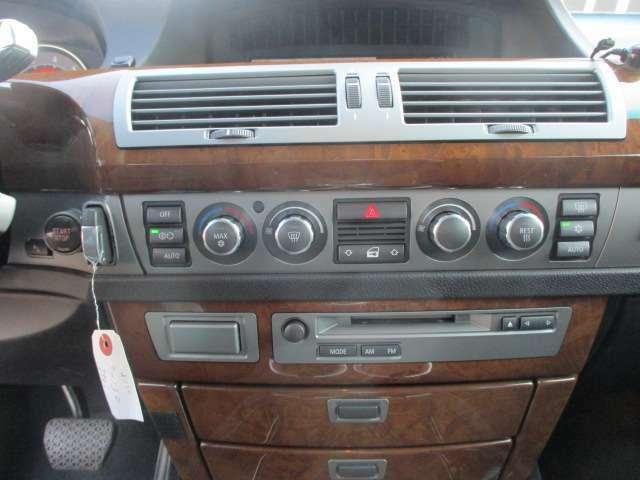 Bプラン画像:パネルやスイッチ類にはキズや汚れ等も少なくキレイな状態です♪文字印字も消えずにはっきりと残っており操作性も良好です♪AUTOエアコンは左右独立型になっており、運転席と助手席で別々の温度調節が可能です♪