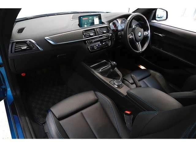 シートにはダコタレザースポーツシート(ブルーコントラストステッチ)を採用。電動調整式のサイドサポートも搭載しておりますので、任意でホールド性を調整して頂くことも可能で御座います。