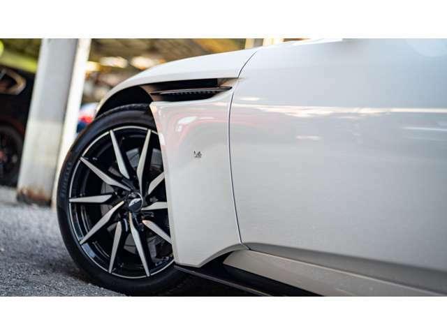 空力や排熱に関わる機能パーツは統一して艶あり黒をチョイスされたことで、この車両の個性がはっきりと伝わります。