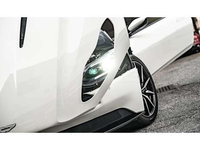 ヘッドライトのベゼルもアストンマーティンのグリル形状という細やかな作り込み。