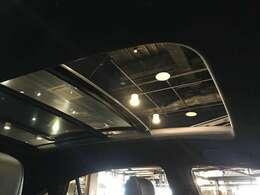 開放感溢れるサンルーフ 車内に爽やかな風や太陽の穏やかな光が差し込みます♪