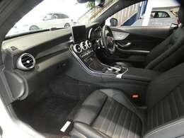 ブラックを基調とした車内は上質でシンプル且つ、スポーティーな雰囲気を演出したインテリアとなっております!機能的で使い勝手も良いところが魅力でございます!