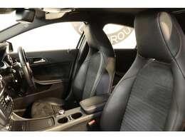 クオリティの高い綺麗な状態が維持されたブラックレザーDINAMICAシートを装備!長時間の運転も楽々お楽しみ頂けます。