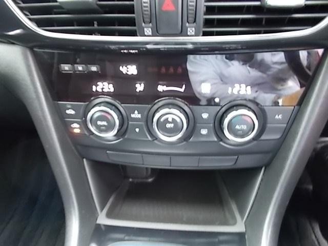 左右独立温度調節式のフルオートエアコンを搭載していますので、暑がりな方と寒がりな方が一緒に乗っても大丈夫です!