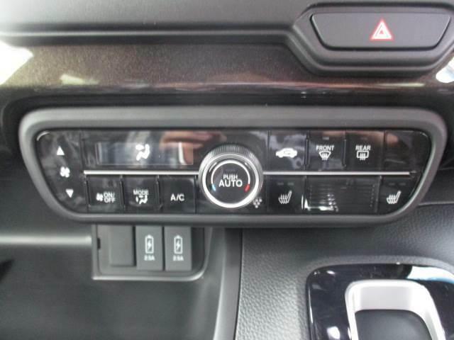 オートエアコンが装備されています! 冬に大活躍するシートヒーターが前席に装備されています!