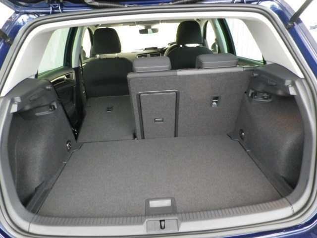 普段使いには十分な広さのラゲッジスペース!フラットな荷室は荷物の載せ下ろしもラクラク!トノカバー付きで車外からの視線も気になりません!また、デッキボード下部には万が一に備えてスペアタイヤ&工具を搭載!