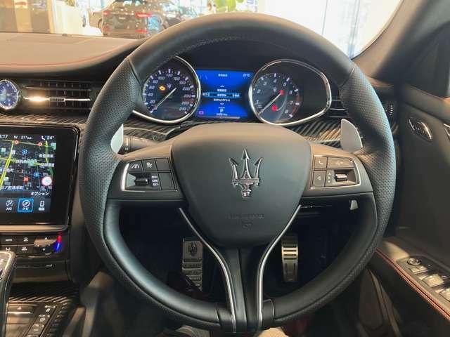 マルチファンクション機能付きレザーステアリング。ACCのコントロールやメーター中央にある7インチTFTディスプレイに表示される動的車両データを操作できます