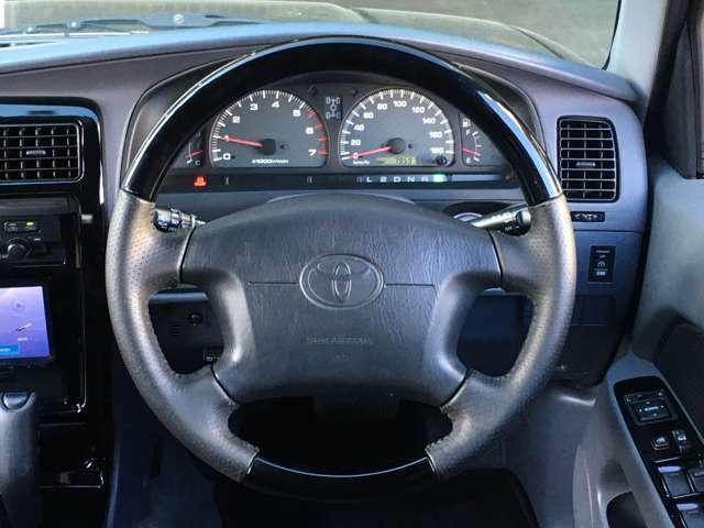 ★ウッドコンビステアリングが、車内の高級感を演出!