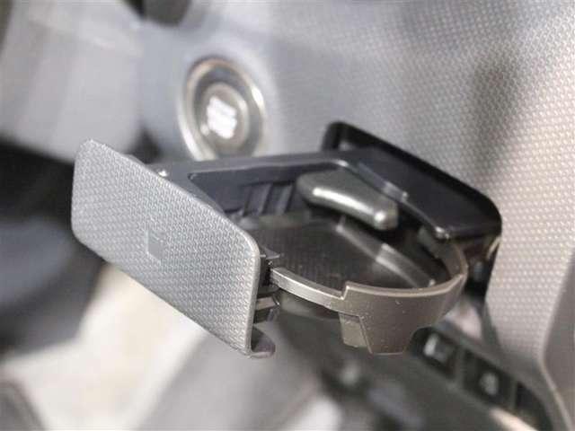 運転席専用の収納式カップホルダーがあります!