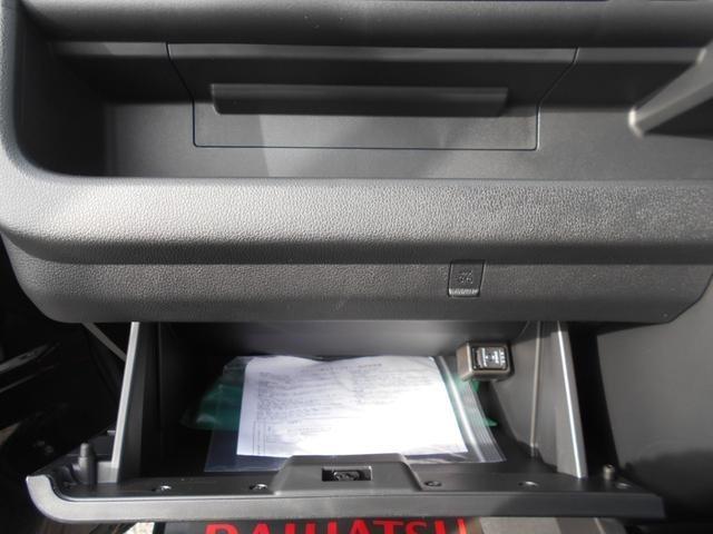 助手席前にはグローブBOXを完備!収納スペースが少ないので貴重な収納スペース!さらにその上には小物を置けるスペースも完備!グローブBOX内にはUSB入力付きでスマホの充電や音楽再生が可能です!