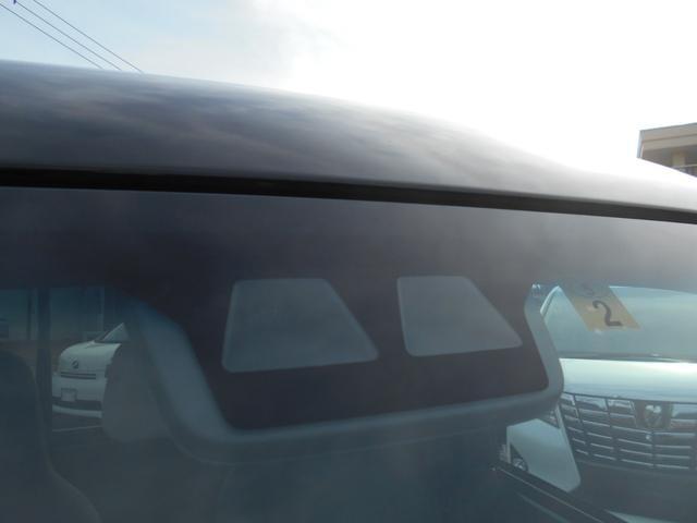 フロントガラス部分です!スマートアシスト3搭載車両!前方の障害物や人を検知してブレーキアシスト!警告音で危険を知らせてくれます!あると助かる安心安全な装備です!