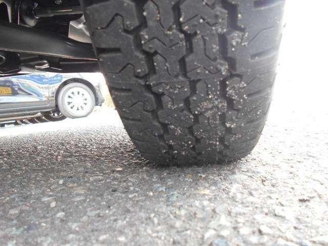 タイヤです!バンタイヤ装着車!145/12の6PRタイヤです!4ナンバーの軽トラックなのでプライ指数の入ったタイヤが標準!溝ももちろんばっちりあります!