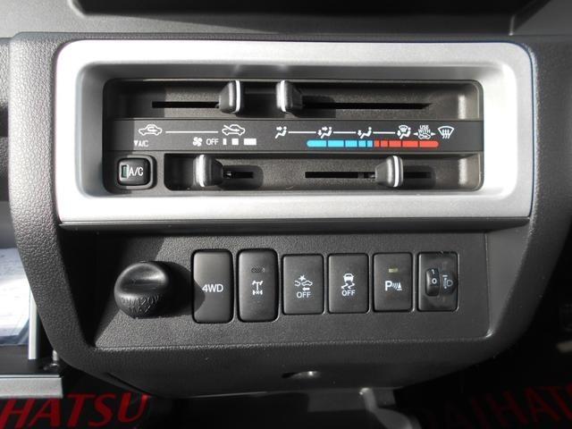 オーディオ下にはエアコンパネルが配置されています!操作性も簡単なマニュアルエアコン!さらにその下には4WDスイッチ!デフロックスイッチ!スマートアシストスイッチなど多彩な機能が満載です!