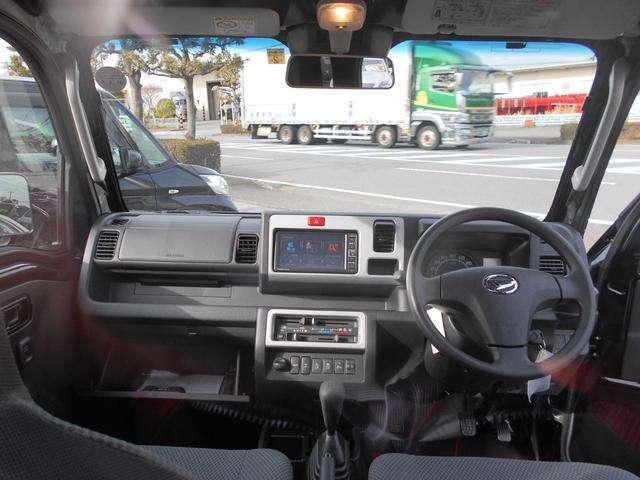 車内インパネ全体です!天井が高いので開放感ある室内!フロントガラスも大きいので見通しもよく扱いやすい!運転もしやすい軽トラック!シンプルなデザインですが装備は充実したジャンボです!