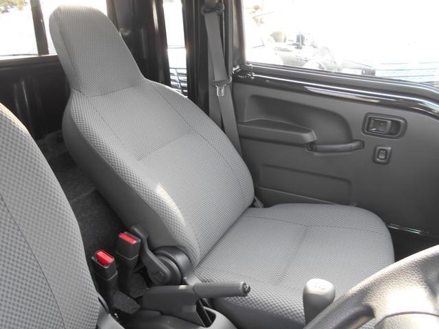 助手席側です!助手席側シートもリクライニングが可能!大人が2人乗車しても通常の軽トラックのようなぎゅうぎゅう感はありません!