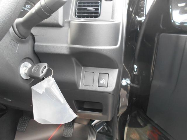 運転席右側です!備え付けのドリンクホルダー完備!さらに中腹にはキャビン後ろの鳥居の部分に取り付けられたライト照明用のスイッチが搭載されています!小物入れも付いています!