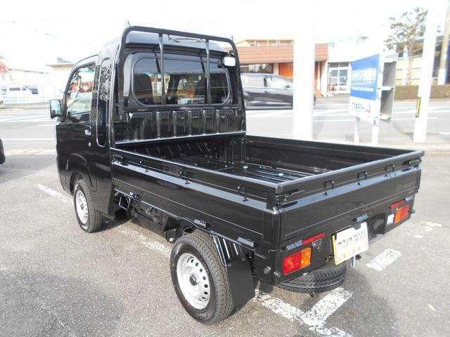 こちらもリヤ周り!ジャンボはキャビンの部分が広くなっているので荷台部分はその分狭くなっております!黒いボディの軽トラックがやんちゃな感じもあってカッコよく感じます!