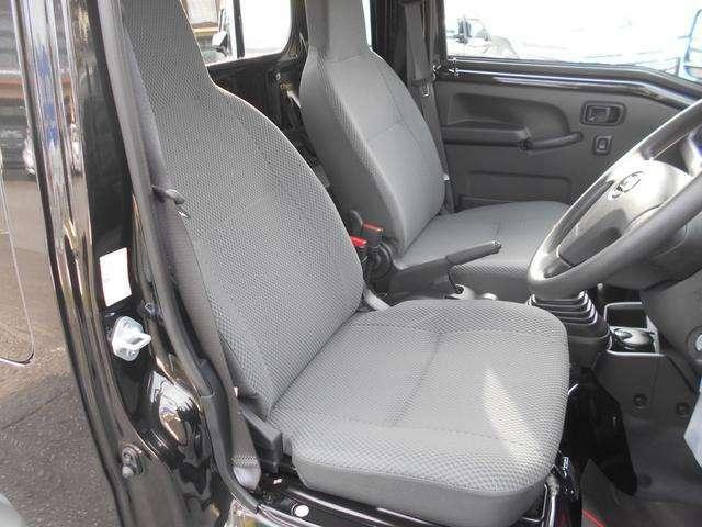 車内運転席です!ゆったりと座れる運転席!余裕の広さがこの軽トラックジャンボにはあります!シートもリクライニングできるのでロングドライブでも腰に負担がかかりにくくなっております!