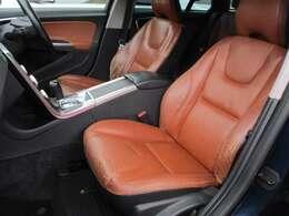 高額純正オプションの本革電動シート+シートヒーターが装備されております♪助手席も電動シートとなっております♪中央部のコンソールボックスは収納付きの肘掛けになっております♪