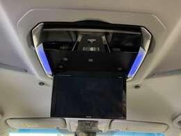 【ALPINE12.8型フリップダウンモニター】大型の後席モニター。後席の方からもしっかり見えます。快適なドライブをサポート。