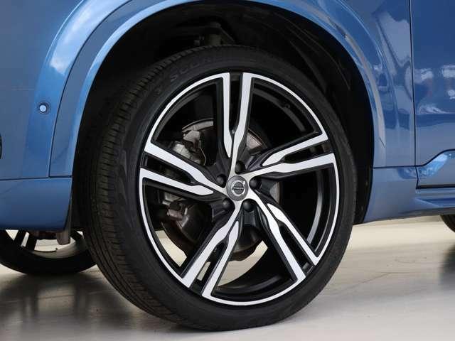 快適な乗り心地と確かなハンドリングを両立する22インチサイズのアルミホイール。勿論インテリセーフ標準装備により歩行者検知機能付フルオートブレーキをはじめとする革新的安全装置を標準搭載します。