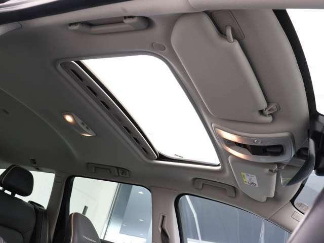 チルトアップ機構付電動ガラス・サンルーフから柔らかな光が差し込むゆとりある環境のなかで、リラックスした気分でドライビングをお楽しみいただけます。