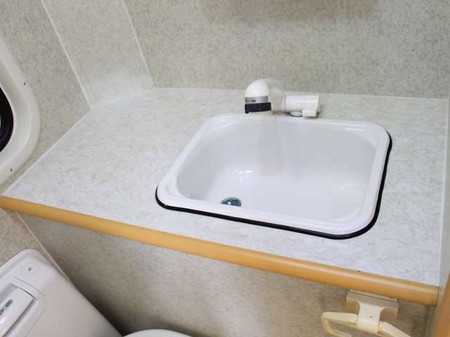 シャワー室に広い洗面台があります。