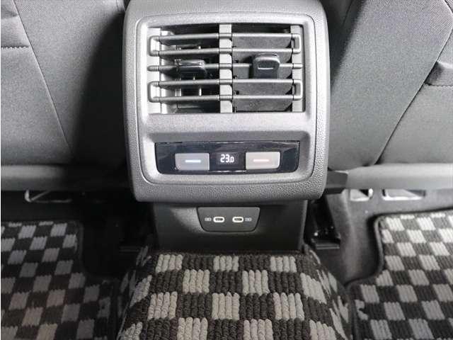 後席のエアコン吹き出しです。後席も独立して温度調整が可能です。