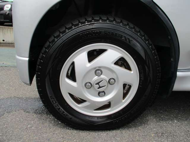 純正アルミホイール付き!タイヤがスタッドレスタイヤです。(まだまだ充分使用可能です。普通タイヤの装備なし)◆タイヤ・ホイールなどのご相談もお気軽に!中古のご紹介もさせていただきます!