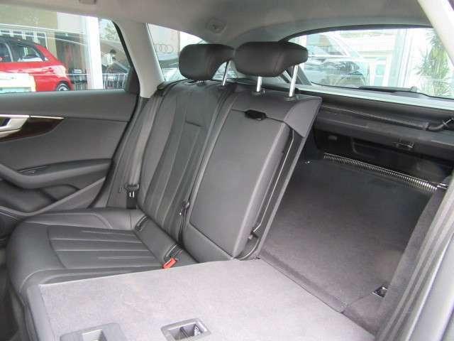 分割可倒式リヤシート。後席のリリースロック機構により4:2:4分割で前方へ倒れるリヤシート。トランクに入りきらない長い荷物も積載可能です。