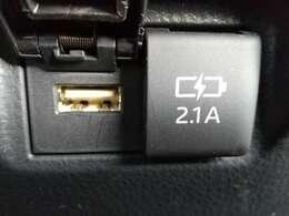 後部座席のエアコンの下にはUSBコードの挿し口があるので、とても便利です!!