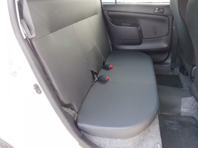 商用車ですので2列目シートのリクライニングは利きませんが、いざと言う時にシートがあると便利ですね。