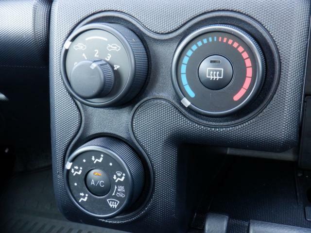 ダイヤルを回すだけで温度調節が出来るマニュアルエアコン付きです。