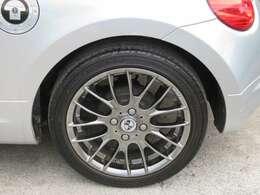 ☆社外の15インチアルミホイールが装備されています。タイヤの溝もたっぷり!