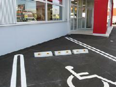 ●バリアフリー●車いす専用駐車場と入口前のスロープ、車いす対応トイレなどバリアフリー仕様の設備を完備しております。