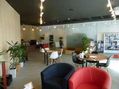 カフェ風の店内にて、落ち着いてご商談できるショールームです。