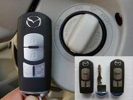 オプションのアドバンストキー。キーを出さなくてもエンジンスタート&ストップやドアロックの開閉ができます。エンジンスタート&ストップはキーを挿さなくてもOK。エンジンイモビライザー(盗難防止装置)付き。