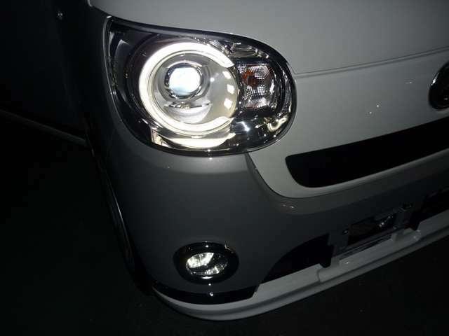 Gクレード専用LEDヘッドライトとLEDクリアランスランプに加え、メッキリング付きLEDフォグランプも装着済