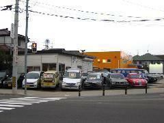 ご来店の際はまずお電話ください。目立つ車が並んでます!
